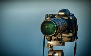 DSLR-Camera-on-Tripod-600x375